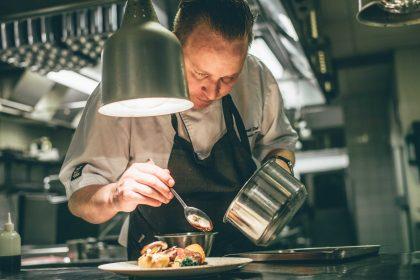 El chef Alexander Meier en el restaurante The Veranda del hotel de hielo Foto: Asaf Kliger / icehotel.com