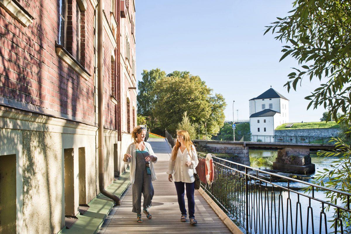Un paseo junto al río en Nyköping <br> Foto: Gunta Podina