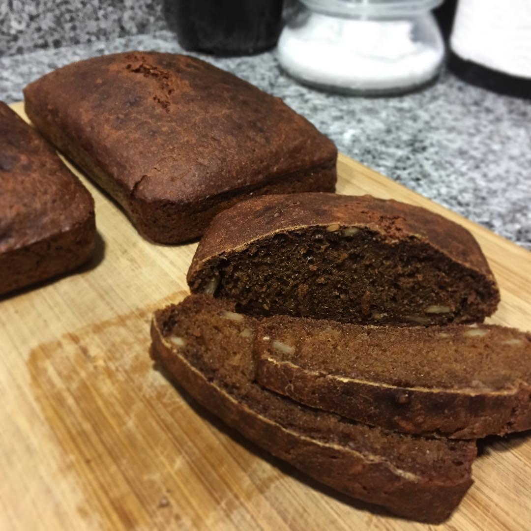Pan de centeno sueco rågsurdegsbröd acabado de hornear <br> Foto: Israel Ubeda / sweetsweden.com