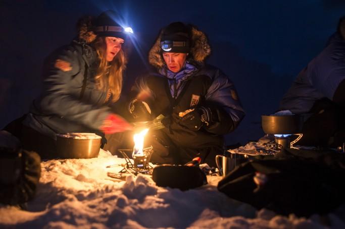 Calentando la comida en la Fjällraven Polar - Foto: Håkan Wike, Fjällräven Polar