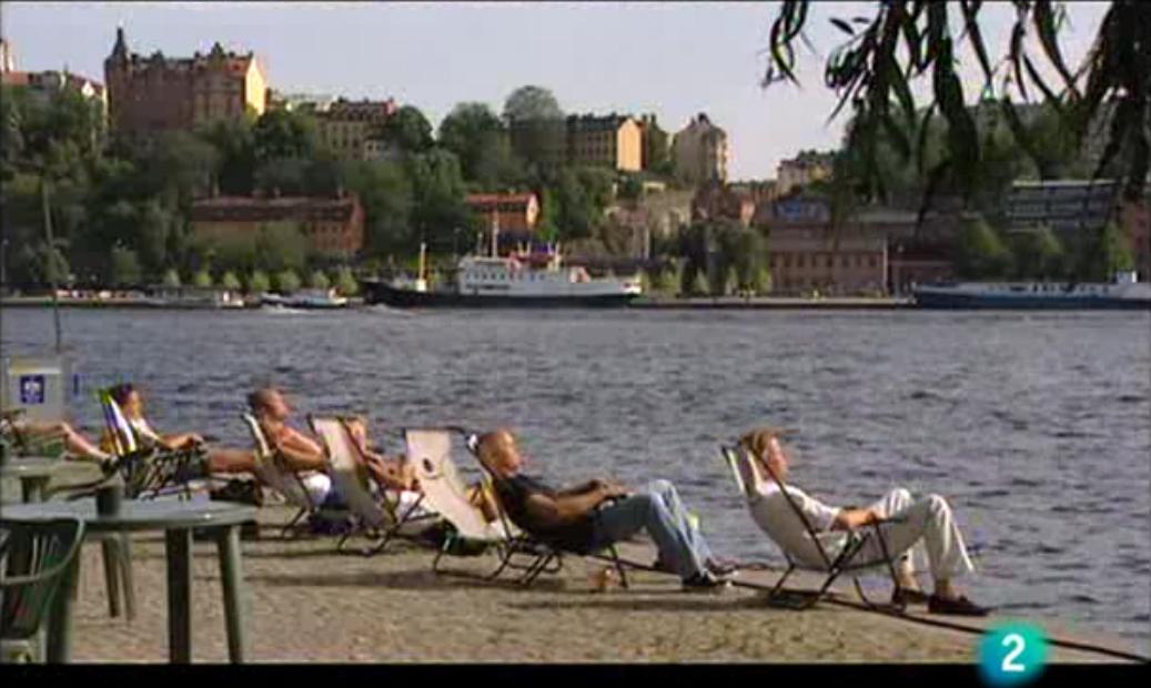 Suecos tomando el sol en una escena de Paraísos Cercanos
